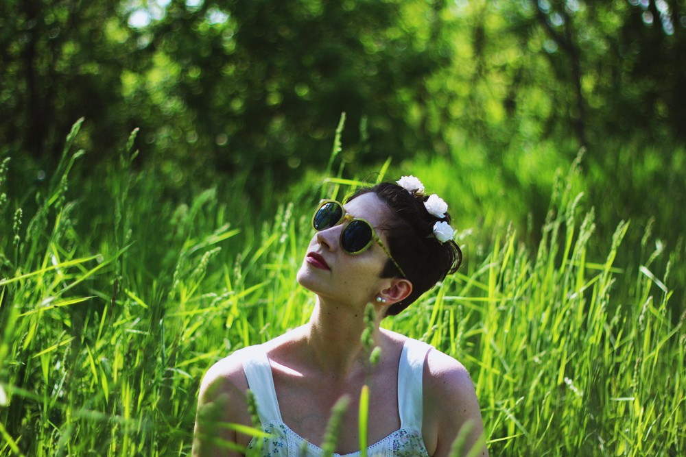 Crop top, denim shorts, round sunglasses, flowers in my hair. Perfect summer outfit in a field!