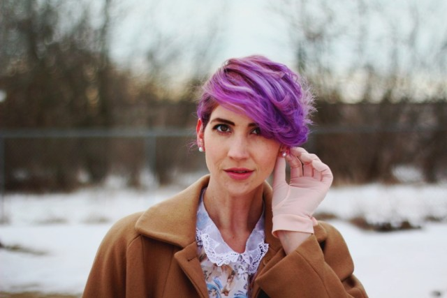 1950s-inspired-outfit-gloves-coat-purple-hair-03