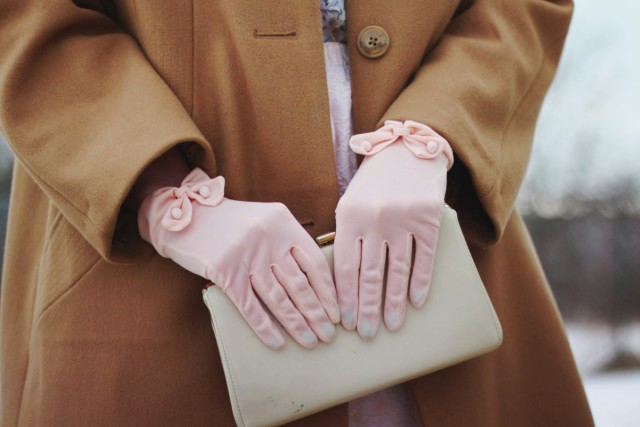 1950s-inspired-outfit-gloves-coat-purple-hair-04