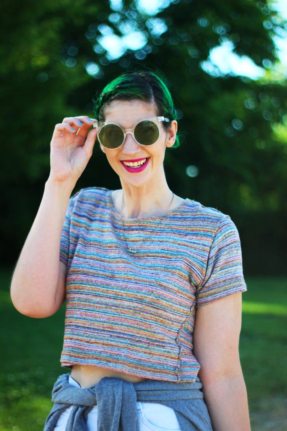 sunglasses-green-hair-striped-crop-top-denim-summer-outfit-02