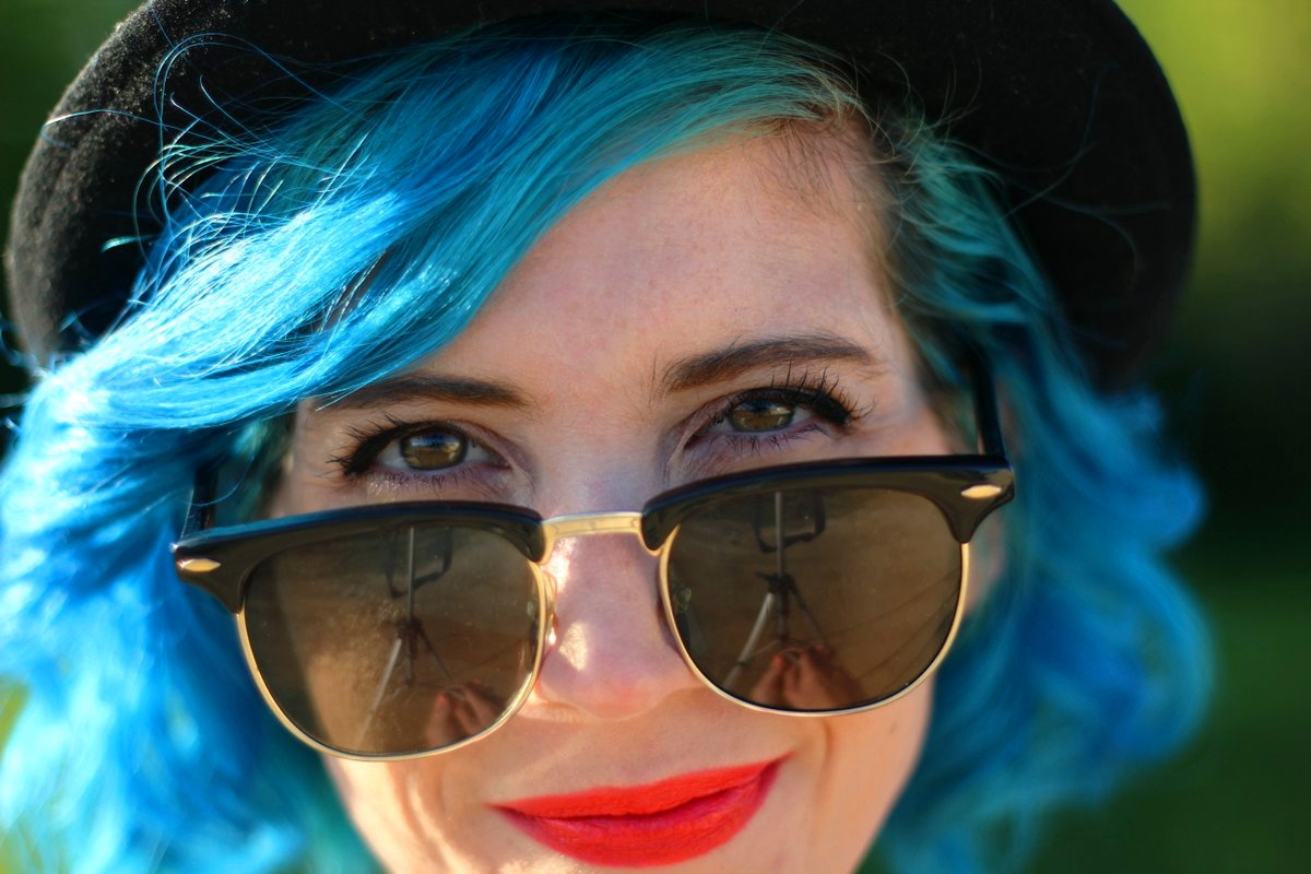 Outfit details: blue hair, black vintage sunglasses, red-orange NYX lipstick